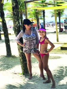 Sol e Mar: A Digital Influencer Vivian Brito e sua filha Ana Luiza curtindo as férias.
