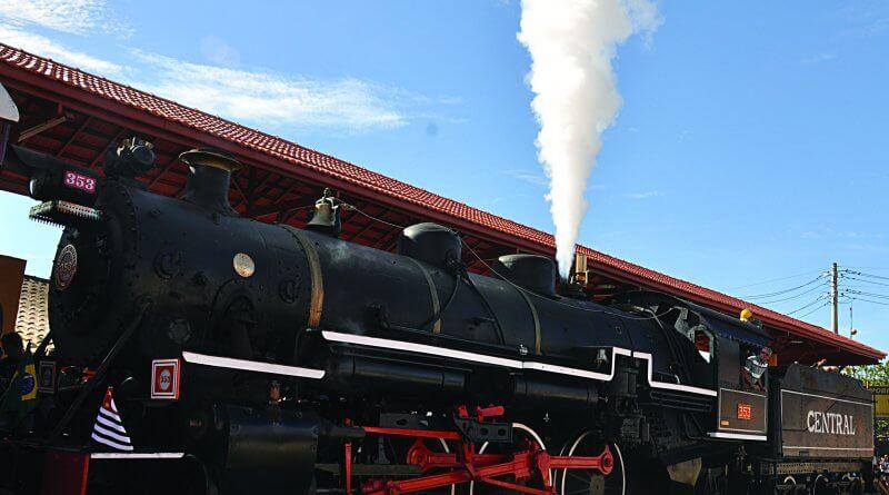 Guararema: Locomotiva 353 é retirada dos trilhos para manutenção